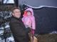 Catharina und Papa bestaunen die Tiere am Großarler Adventmarkt