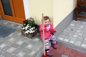 Catharina rastet nach der Gartenarbeit