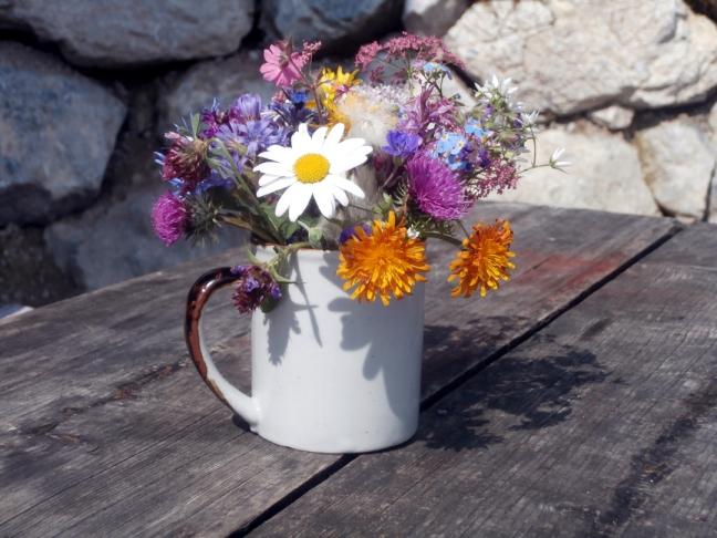 liebevoll  - Wiesenblumen als Dekoration auf der Spießalm